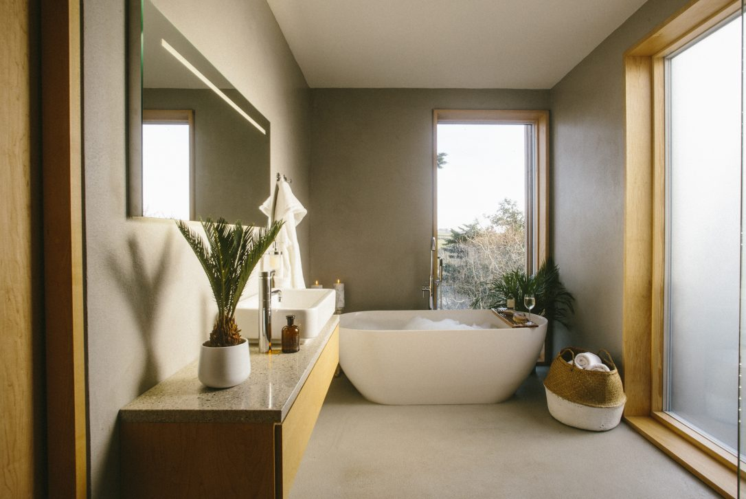 En-suite belonging to the master bedroom at Dry Creek House, a self-catering holiday home in Polzeath, North Cornwall