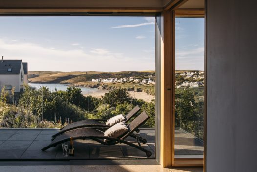 The wooden hot tub at Dry Creek House, a self-catering holiday home in Polzeath, North Cornwall