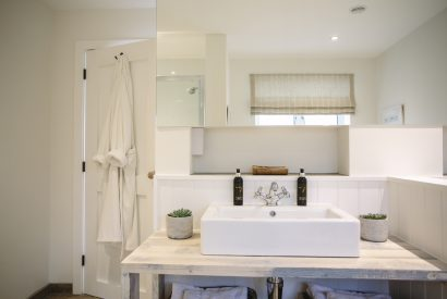 En-suite belonging to the master bedroom at Seahouse, a self-catering holiday house in Polzeath, North Cornwall
